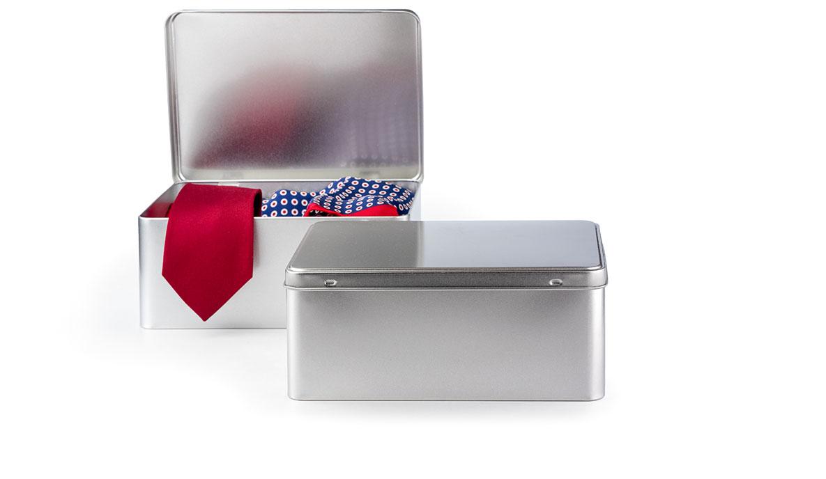 pudełko ze srebrnym nadrukiem